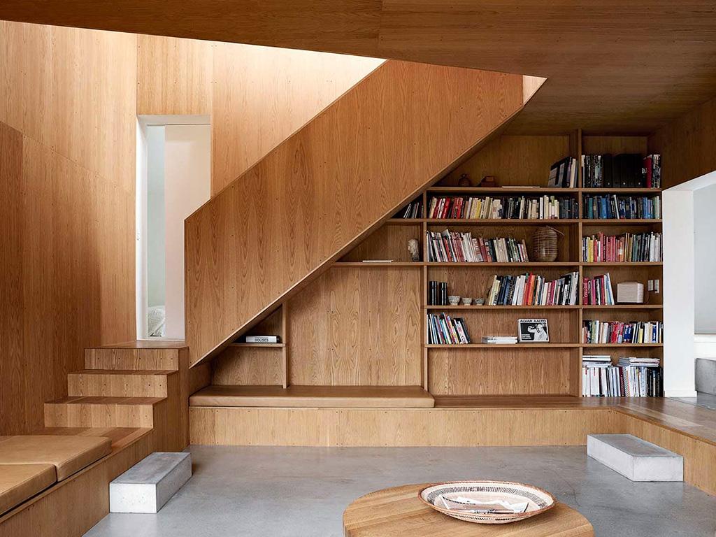 Thiết kế gần cầu thang thành phòng đọc sách nhỏ